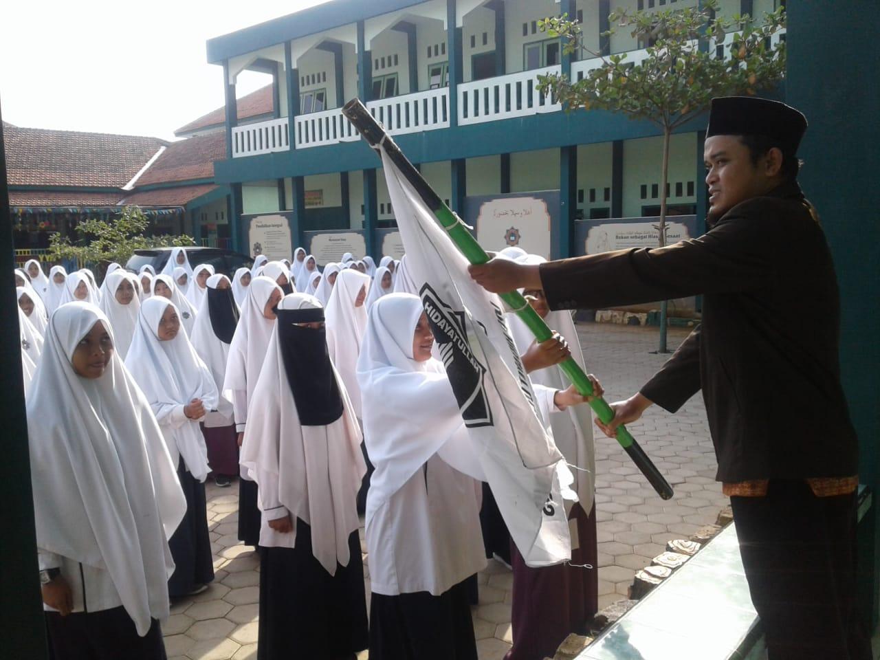 Upacara SMP-SMK Luqman Al Hakim Kudus Pelepasan Putri