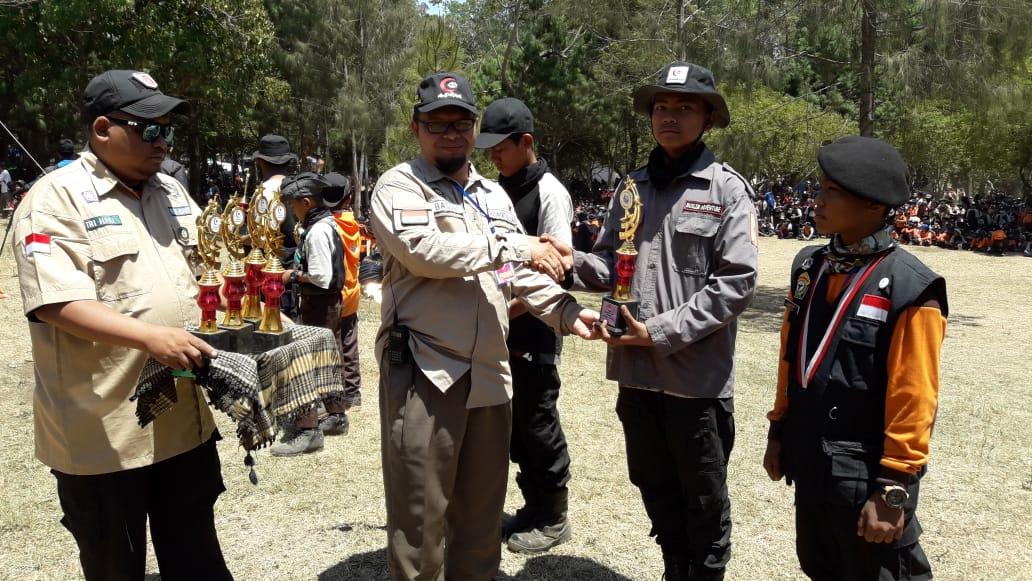 Penyerahan Piala Juara Jambore Nasional 2 Pandu Hidayatullah Putra